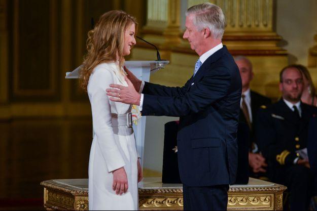 En 2019 avec son père, le roi Philippe, lors de son 18e anniversaire.