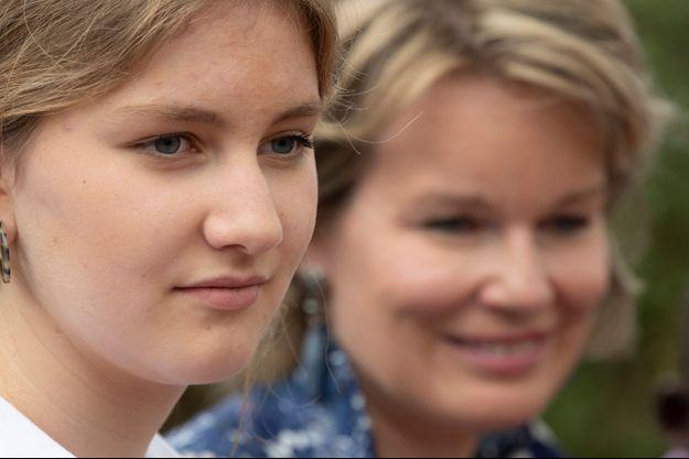 La princesse Elisabeth de Belgique au Kenya, le 27 juin 2019. En arrière plan, sa mère la reine des Belges Mathilde