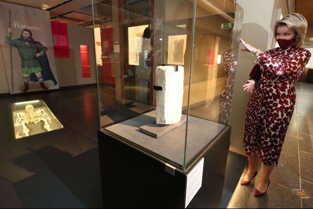 La reine des Belges Mathilde au Musée royal de Mariemont à Morlanwelz, le 27 avril 2021