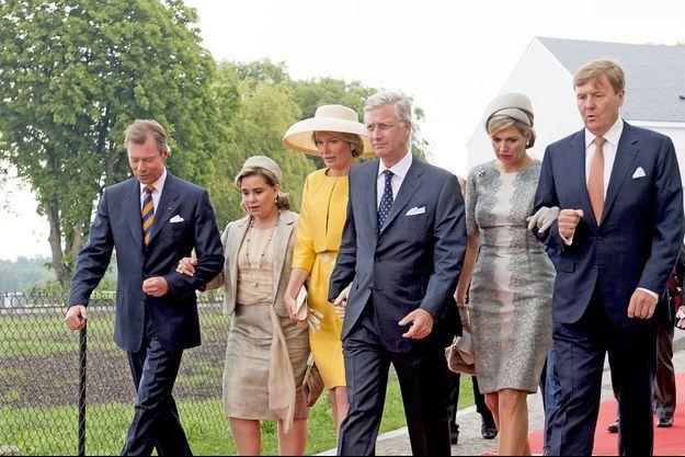 Le grand-duc Henri, la grande-duchesse Maria Teresa du Luxembourg ; la reine Mathilde, le roi Philippe de Belgique ; la reine Maxima et le roi Willem-Alexander des Pays-Bas réunis lors des festivités du bicentenaire de la bataille de Waterloo, le 18 juin 2015.