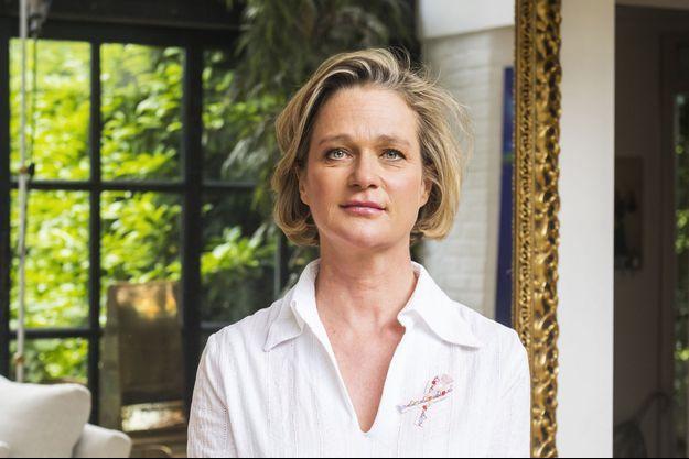 La princesse Delphine de Saxe-Cobourg arbore le ruban de la 7e édition du ruban Pink Ribbon, pour la prévention du cancer du sein.