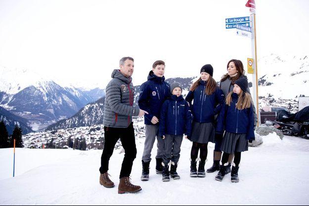 La princesse Mary et le prince héritier Frederik de Danemark avec leurs enfants à Verbier en Suisse, le 6 janvier 2020