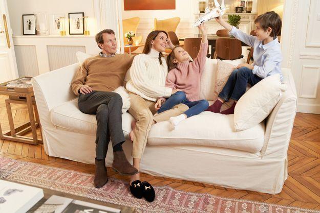 En toute décontraction dans leur appartement cossu de la rive droite : le prince Joachim, la princesse Marie et leurs deux enfants, Athena, 7 ans, et Henrik, 10 ans.