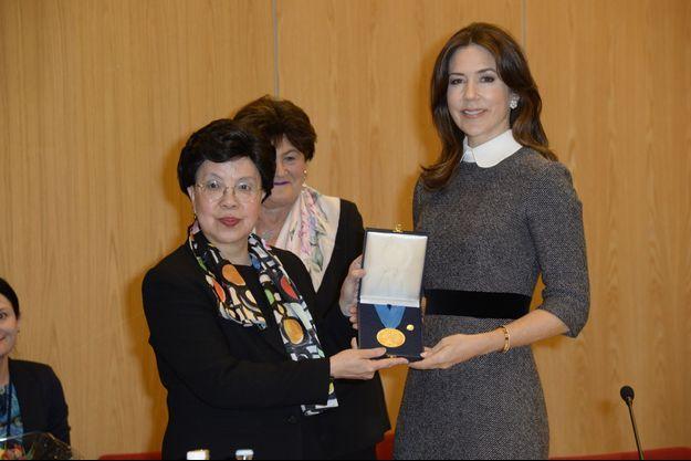 La princesse Mary de Danemark reçoit la médaille de l'OMS des mains du Dr Margaret Chan à Copenhague, le 23 février 2017