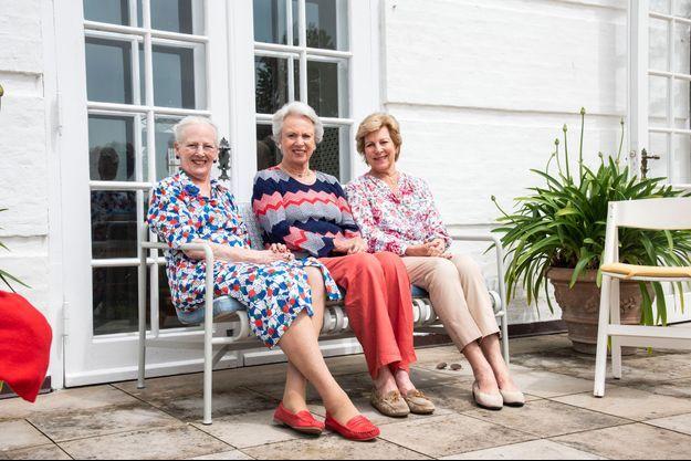 La reine Margrethe II et ses sœurs la princesse Benedikte de Danemark et l'ex-reine Anne-Marie de Grèce au château de Graasten, fin juin 2021