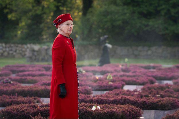 La reine Margrethe II de Danemark dans le parc du souvenir de Ryvangen à Hellerup, le 4 mai 2020