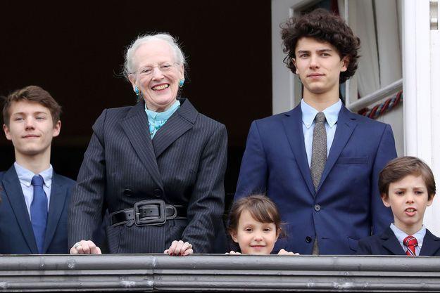 La reine Margrethe II de Danemark avec les princes Nikolai, Felix et Henrik et la princesse Athena, le 16 avril 2018
