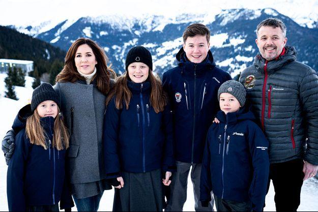 Le prince Christian de Danemark avec ses parents, ses sœurs et son frère à Verbier en Suisse, le 6 janvier 2020, avant la pandémie de coronavirus
