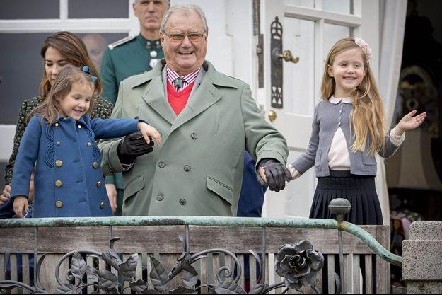 Le prince Henrik de Danemark avec ses petites-filles les princesses Athena et Josephine à Aarhus, le 16 avril 2017