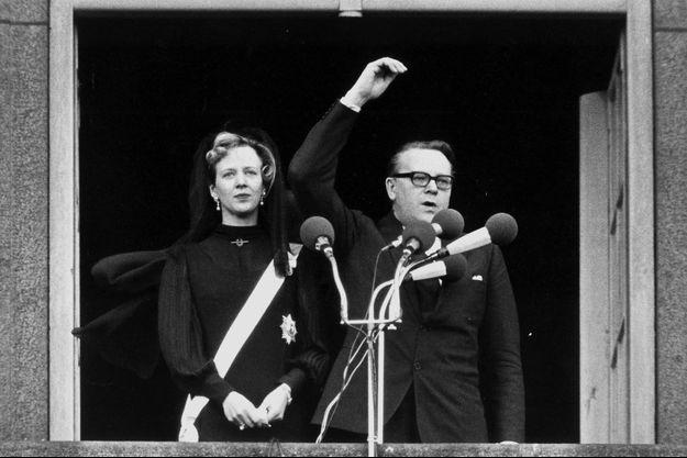 Margrethe de Danemark est proclamée reine par le Premier ministre Jens Otto Krag au balcon du palais de Christiansborg à Copenhague, le 15 janvier 1972