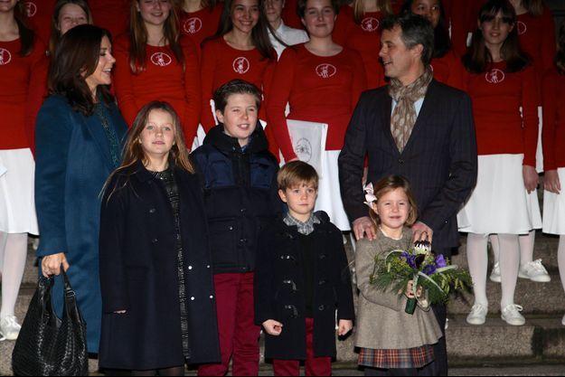 La princesse Mary et le prince Frederik de Danemark avec leurs enfants les princesses Isabella et Joséphine et les princes Christian et Vincent à Copenhague, le 11 décembre 2016