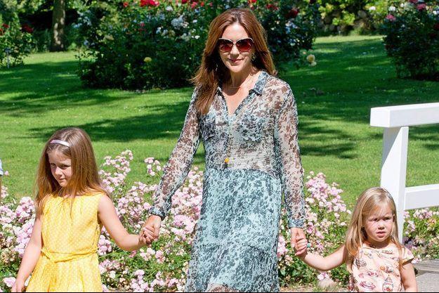 La princesse Mary de Danemark et ses filles Isabella et Joséphine dans les jardins du palais Graaste le 24 juilet 2014