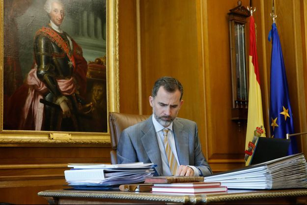 Le roi Felipe VI d'Espagne, dans son bureau au palais de la Zarzuela à Madrid (photo non datée transmise par la Casa Real)