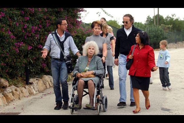 Cayetana, en fauteuil est entourée de ses proches. Derrière elle, avec des lunettes de soleil, Alfonso Díez.