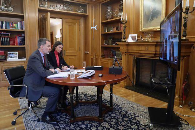 La reine Letizia et le roi Felipe VI d'Espagne en vidéoconférence avec Commerce d'Oviedo, au palais de la Zarzuela à Madrid le 31 mars 2020