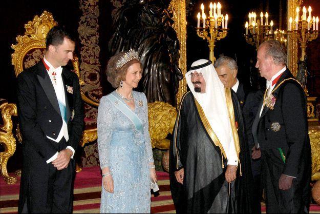 Madrid, palais royal. En 2007, réception en l'honneur du roi Abdallah d'Arabie saoudite, décoré de l'ordre de la Toison d'or, la plus haute distinction espagnole, par le roi Juan Carlos, en présence du prince Felipe et de la reine Sofia.