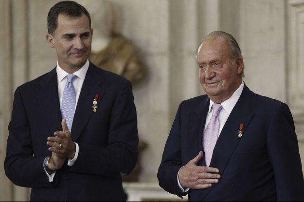 L'ancien roi d'Espagne Juan Carlos, avec son fils et successeur le roi Felipe VI, lors de la cérémonie d'abdication le 18 juin 2014.