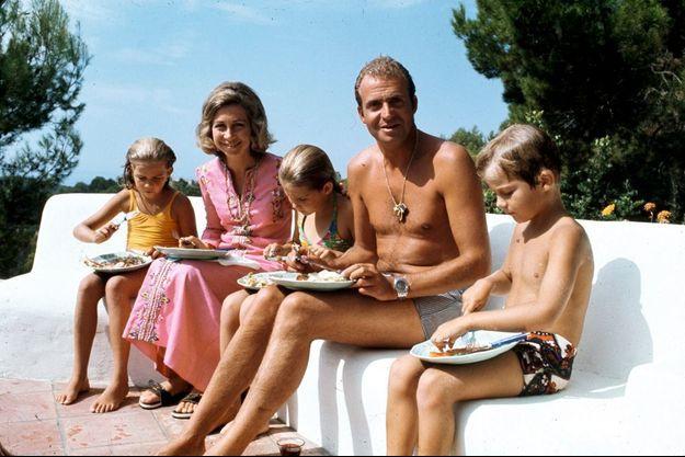 Déjeuner sans façon au bord de la piscine, au palais Marivent, à Palma de Majorque, en 1975. De g. à dr. : Cristina, 10 ans, Elena, 12 ans, et Felipe, 7 ans.