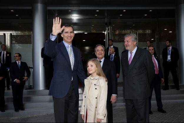 Le roi Felipe VI d'Espagne et sa fille la princesse Sofia à Madrid, le 4 mai 2016