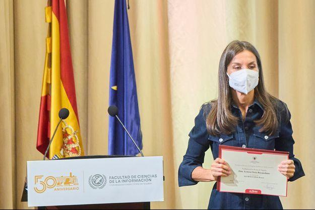 La reine Letizia d'Espagne à Madrid, avec son diplôme d'étudiante d'honneur de l'UCM, le 14 septembre 2021, veille de ses 49 ans