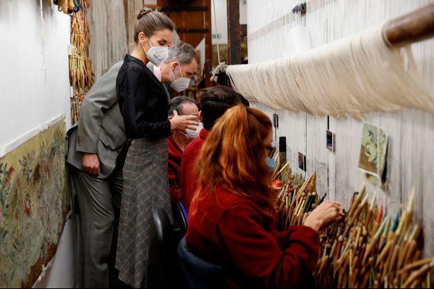 La reine Letizia et le roi Felipe VI d'Espagne visitent la Fabrique royale de tapisseries à Madrid, le 16 mars 2021