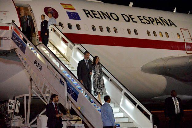 La reine Letizia et le roi Felipe VI d'Espagne à leur arrivé à La Havane, le 11 novembre 2019