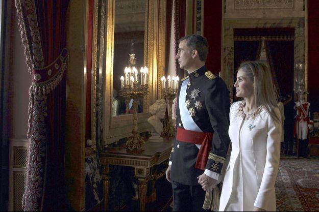 Felipe VI et sa reine Letizia, un instant avant d'apparaitre au balcon devant la foule réunie pour acclamer son nouveau roi.