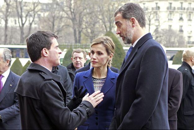 Le roi Felipe VI d'Espagne et sa reine Letizia évoquent avec Manuel Valls l'accident d'avion, devant l'entrée des Invalides à Paris, ce mardi 24 mars.