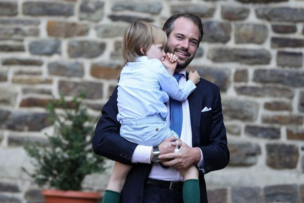 Le prince Félix de Luxembourg avec son fils le prince Liam, le 19 septembre 2020 à Clervaux pour le baptême du prince Charles de Luxembourg