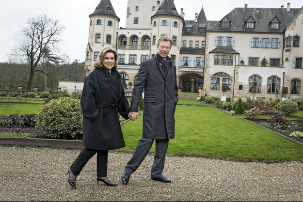 Henri et Maria Teresa de Luxembourg. Devant le château de Colmar-Berg, construit au début du XXe siècle, à une trentaine de kilomètres de la capitale. Ils y vivent avec le benjamin et l'aîné de leurs cinq enfants.