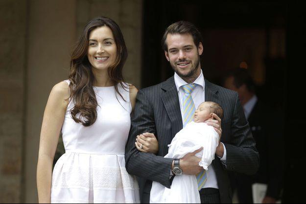 La princesse Claire avec le prince Félix et la petite princesse Amalia à l'occasion du baptême de celle-ci, à Lorgues, le 12 juillet 2014