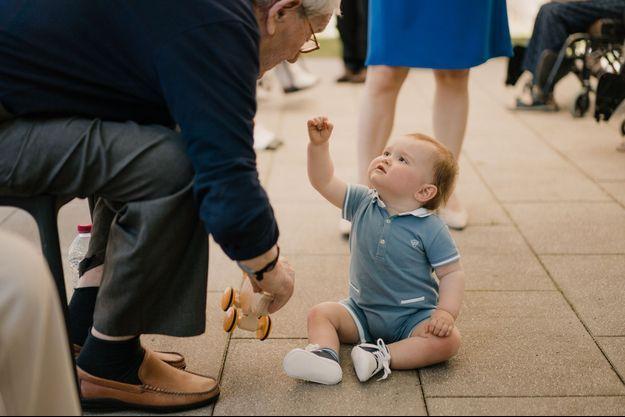Le prince Charles de Luxembourg avec un résident d'une maison de soins, le 16 juin 2021