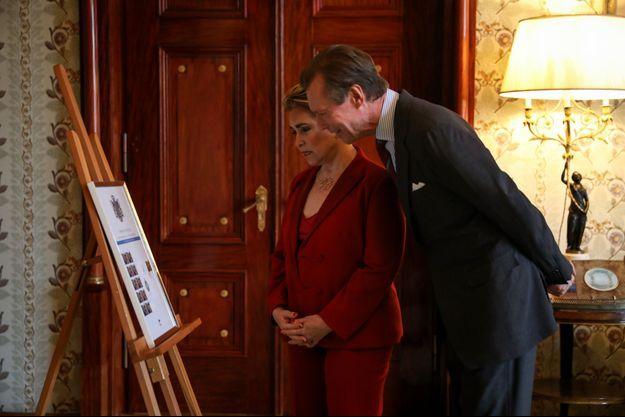 Le grand-duc Henri et de la grande-duchesse Maria Teresa de Luxembourg découvrent le timbre de leurs 40 ans de mariage, au château de Berg le 11 mars 2021