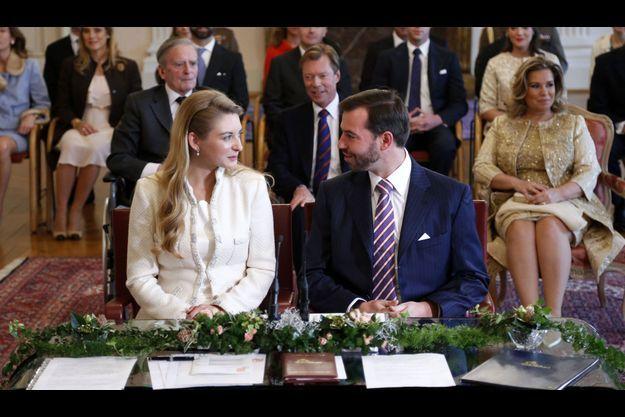 Stéphanie et Guillaume à l'intérieur de l'Hôtel de Ville de Luxembourg. Derrière, de gauche à droite: le comte Philippe de Lannoy, le grand-duc Henri de Luxembourg et sa femme, la grande-duchesse Marie Teresa.