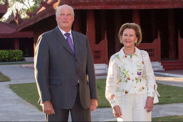 Le roi Harald V et la reine Sonja durant leur voyage en Birmanie, le 3 décembre 2014