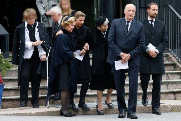 La famille royale de Norvège aux obsèques de Haakon Haraldsen, frère de la reine Sonja, à Oslo le 14 octobre 2016