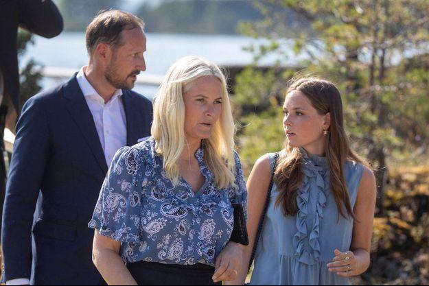La princesse Ingrid Alexandra de Norvège avec ses parents le prince héritier Haakon et la princesse Mette-Marit, le 22 juillet 2021