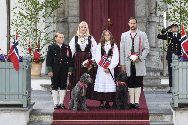 La princesse Mette-Marit et le prince Haakon de Norvège avec leurs enfants et leurs deux chiens, le 17 mai 2018