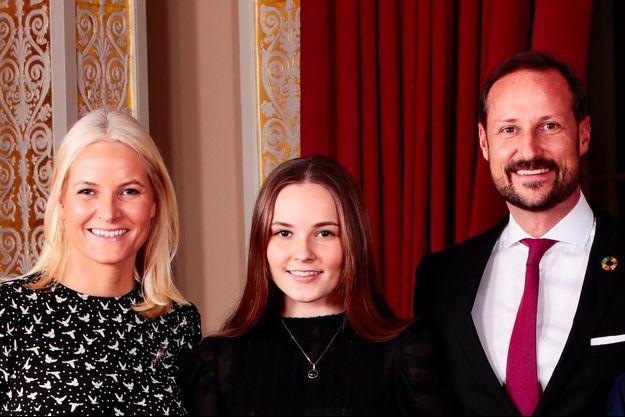 La princesse Ingrid Alexandra de Norvège avec ses parents, la princesse Mette-Marit et le prince héritier Haakon, le 16 décembre 2019