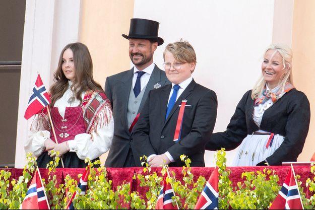 Le prince Haakon de Norvège et la princesse Mette-Marit avec leurs enfants la princesse Ingrid Alexandra et le prince Sverre Magnus, lors de la Fête nationale norvégienne le 17 mai 2020