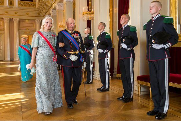 La princesse Mette-Marit et le roi Harald V de Norvège à Oslo, le 4 juin 2018. Derrière, la princesse Astrid et le prince Haakon
