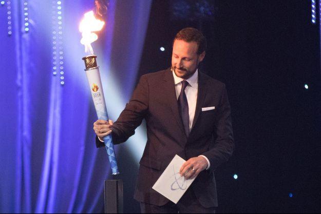 Le prince Haakon de Norvège à Lillehammer avec la flamme olympique des JOJ d'hiver 2016