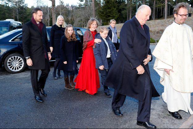 Les princesses Mette-Marit et Ingrid Alexandra, les princes Haakon et Sverre Magnus et le roi Harald V de Norvège à Oslo, le 25 décembre 2016