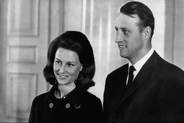 Le prince héritier Harald de Norvège et Sonja Haraldsen, après l'annonce de leurs fiançailles le 19 mars 1968