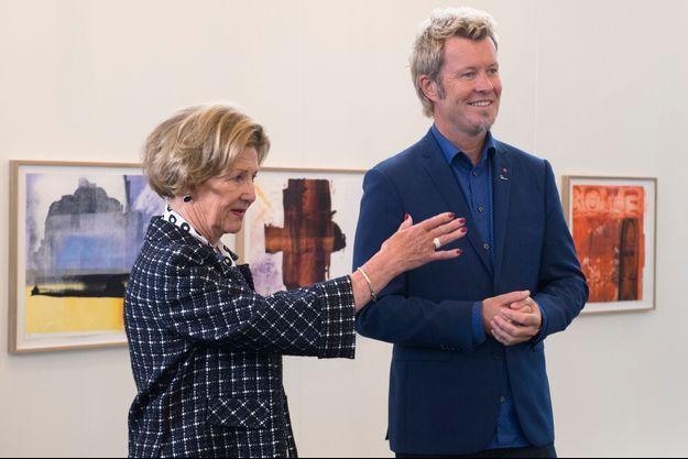 La reine Sonja de Norvège expose avec Magne Furuholmen du groupe A-ha à Bergen, le 26 août 2016