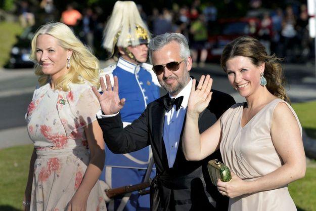 C'était en 2015, à l'occasion d'un mariage princier, sur l'île de Skeppsholmen. Ari Behn vivait les derniers mois de son union avec la princesse Märtha Louise, à droite. A gauche, la princesse Mette-Marit, l'épouse de l'héritier de la couronne de Norvège.