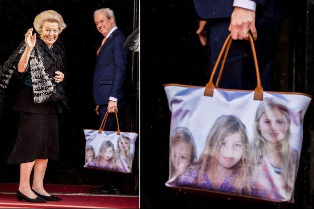 L'ex-reine Beatrix des Pays-Bas et son sac à l'effigie de ses petites-filles les princesses Catharina-Amalia, Alexia et Ariane à Amsterdam le 16 janvier 2018