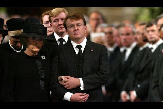 Johan Friso au bras de sa mère, la reine Beatrix, aux funérailles du Prince Claus, son père, époux de la souveraine, en 2002.