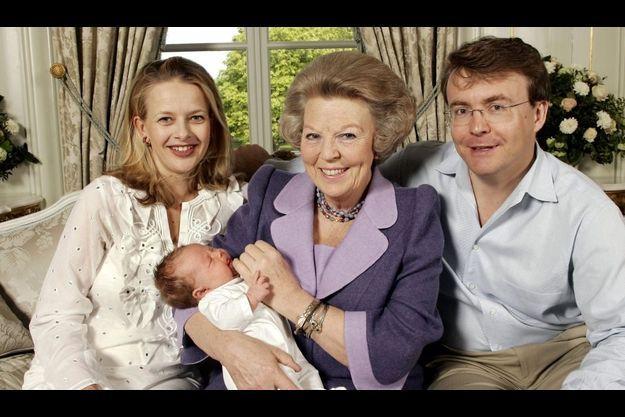La princesse Mabel, la reine Beatrix tenant sa petite-fille Luana, et le prince Friso.