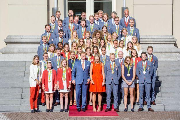 La reine Maxima et le roi Willem-Alexander des Pays-Bas avec les médaillés olympiques de la délégation néerlandaise aux JO de Rio, à La Haye le 24 août 2016